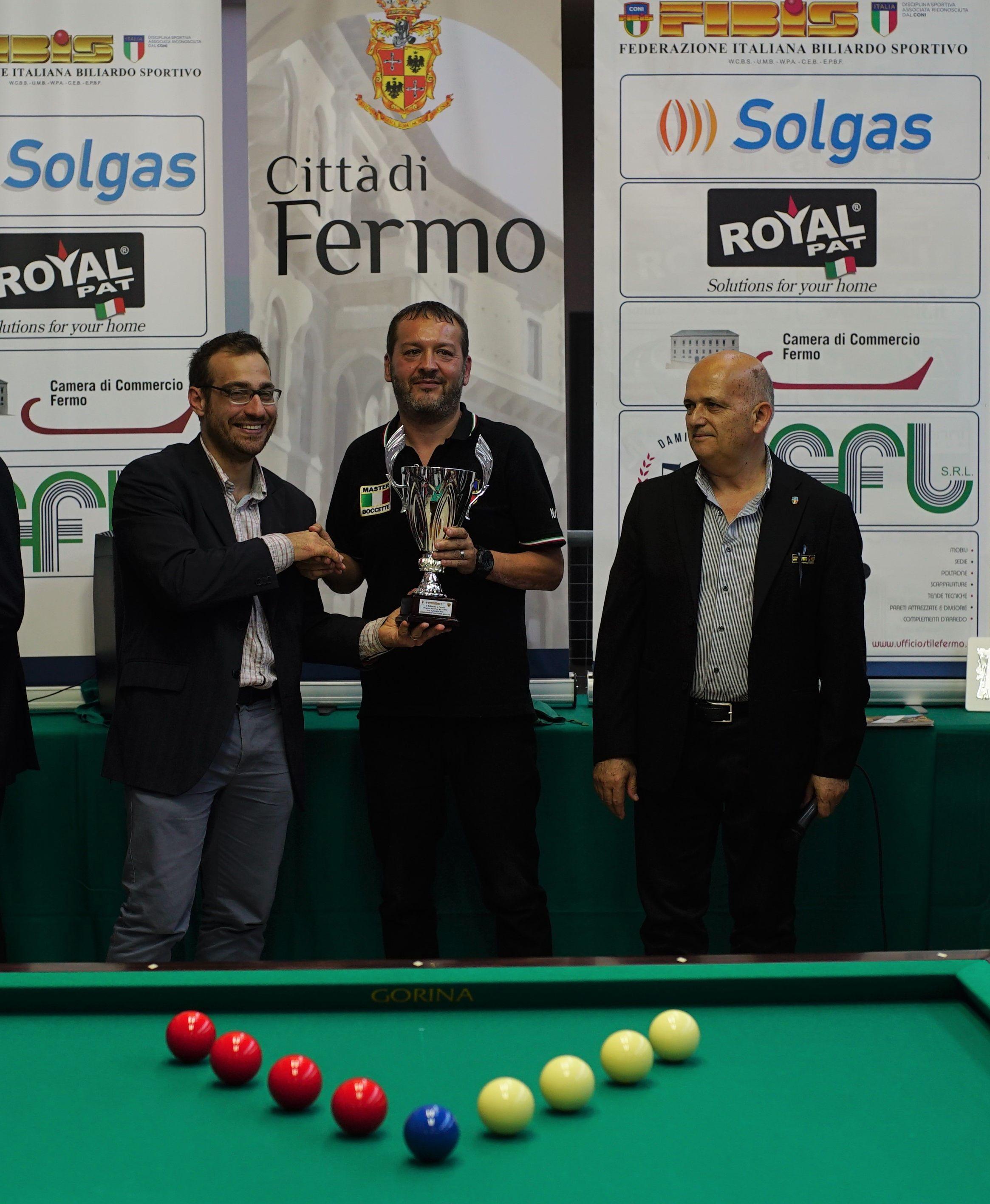 Alessandro Nadery premiato dall'assessore sport di Fermo Alberto Scarfini e da Francesco Andrenacci