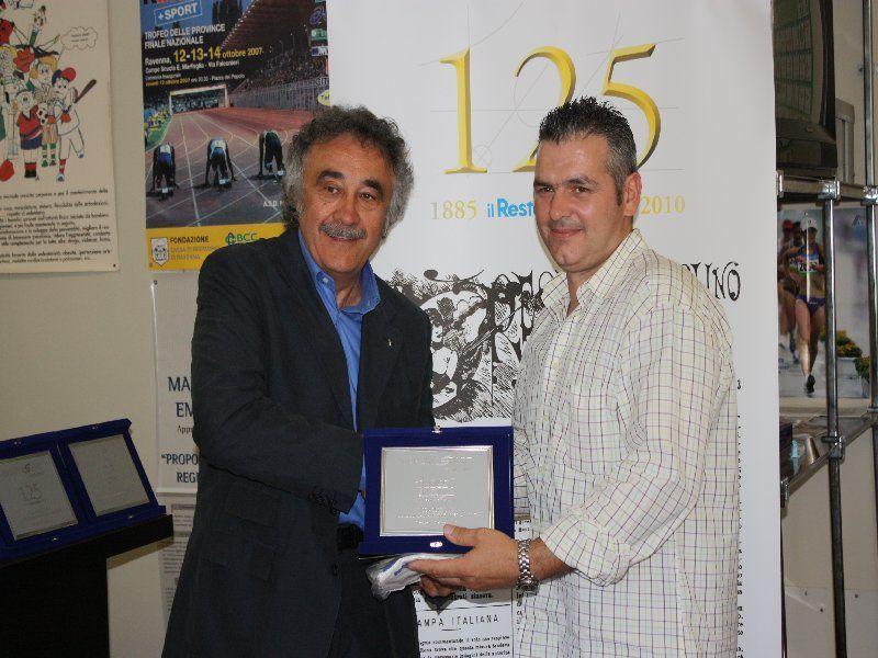 Nella foto   riceve dal presidente del Coni di Forlì Luciano Rossi un significativo premio  come atleta più votato di tutti gli sport del concorso indetto dal Carlino Sport nel 2010.