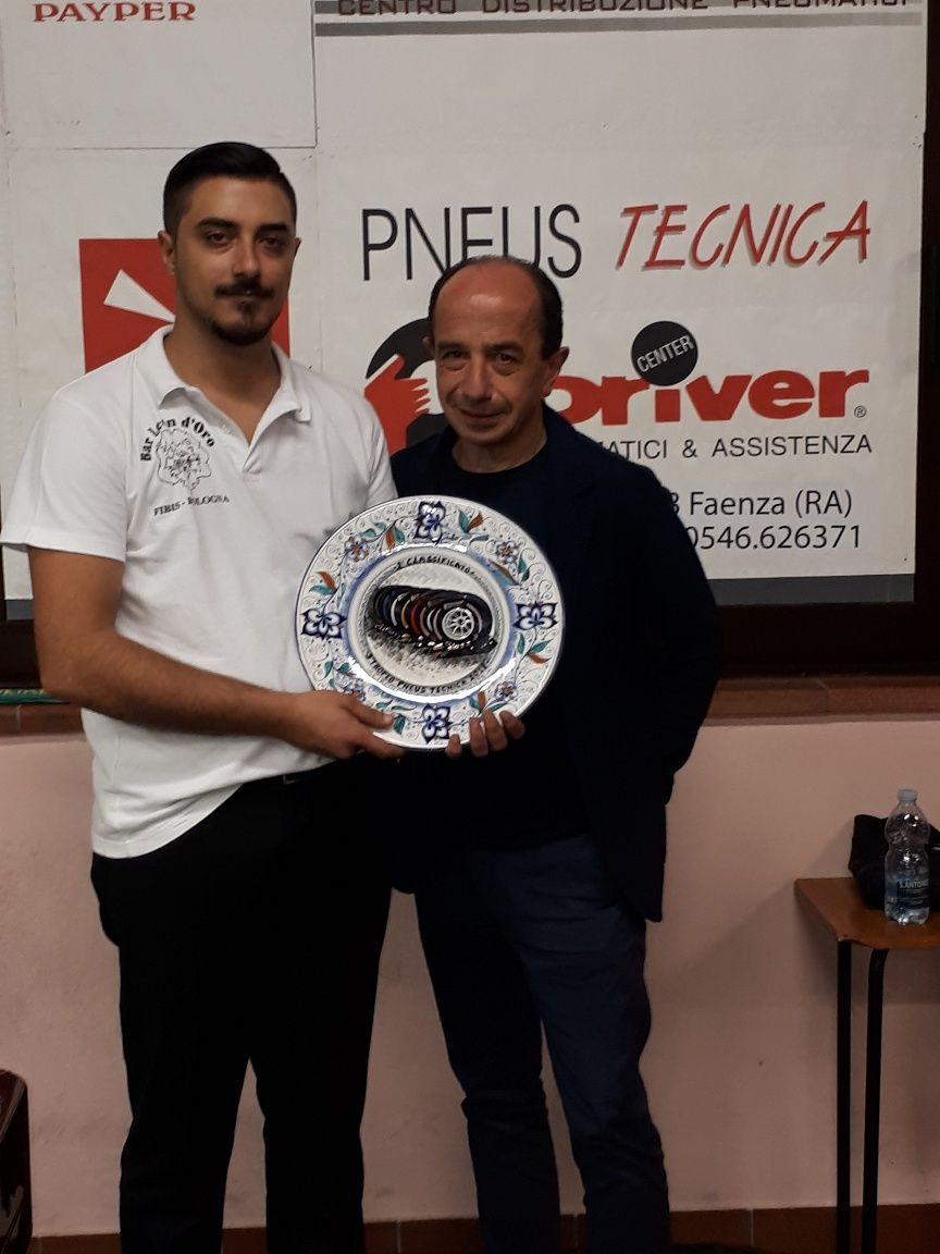 Federico Campeggio (2° class.) premiato da Luigi Pederzoli (Pneustecnica)