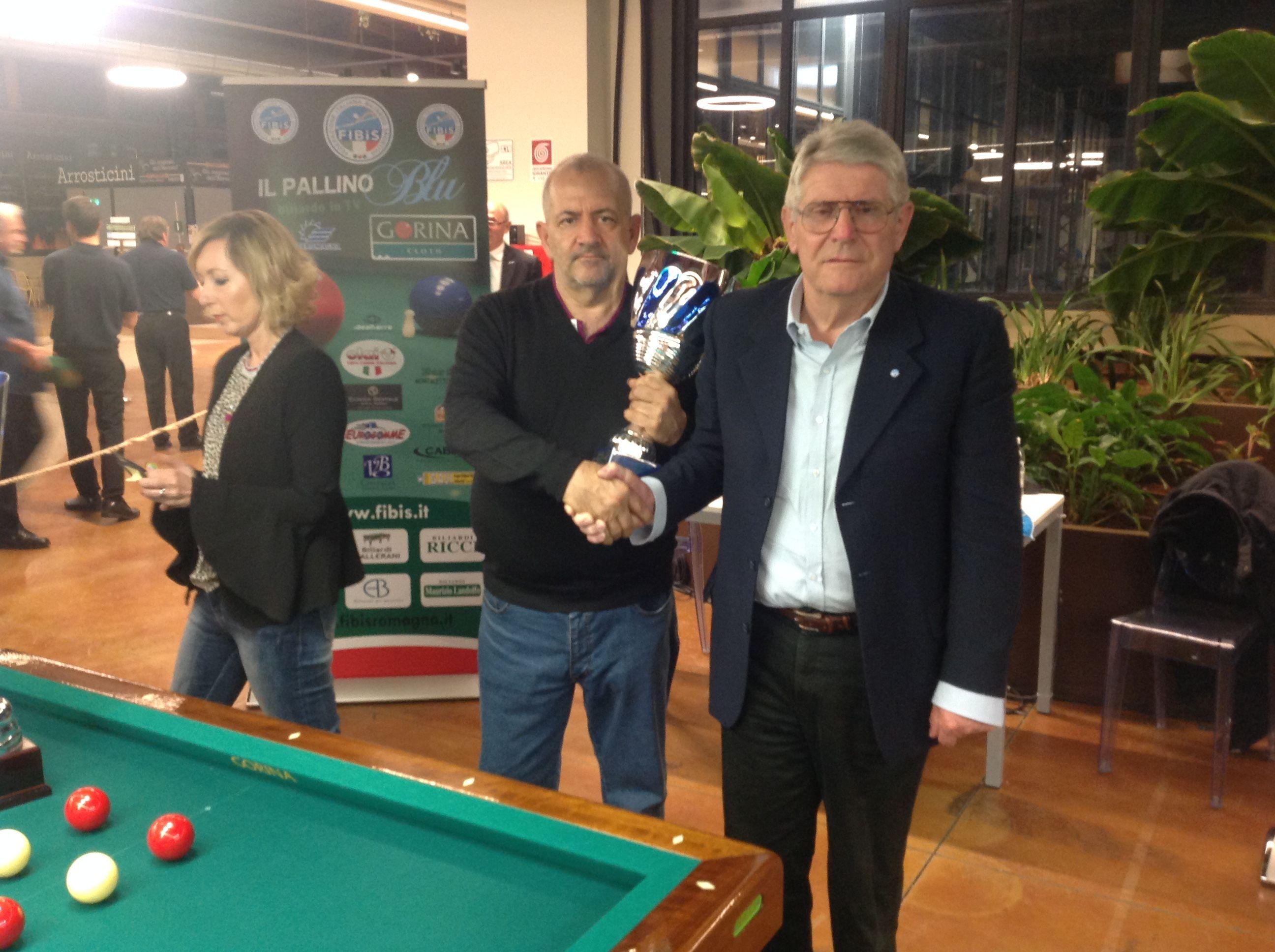 Il Presidente Regionale Landi A. Consegna a Valerio A. La coppa della squadra seconda classificata