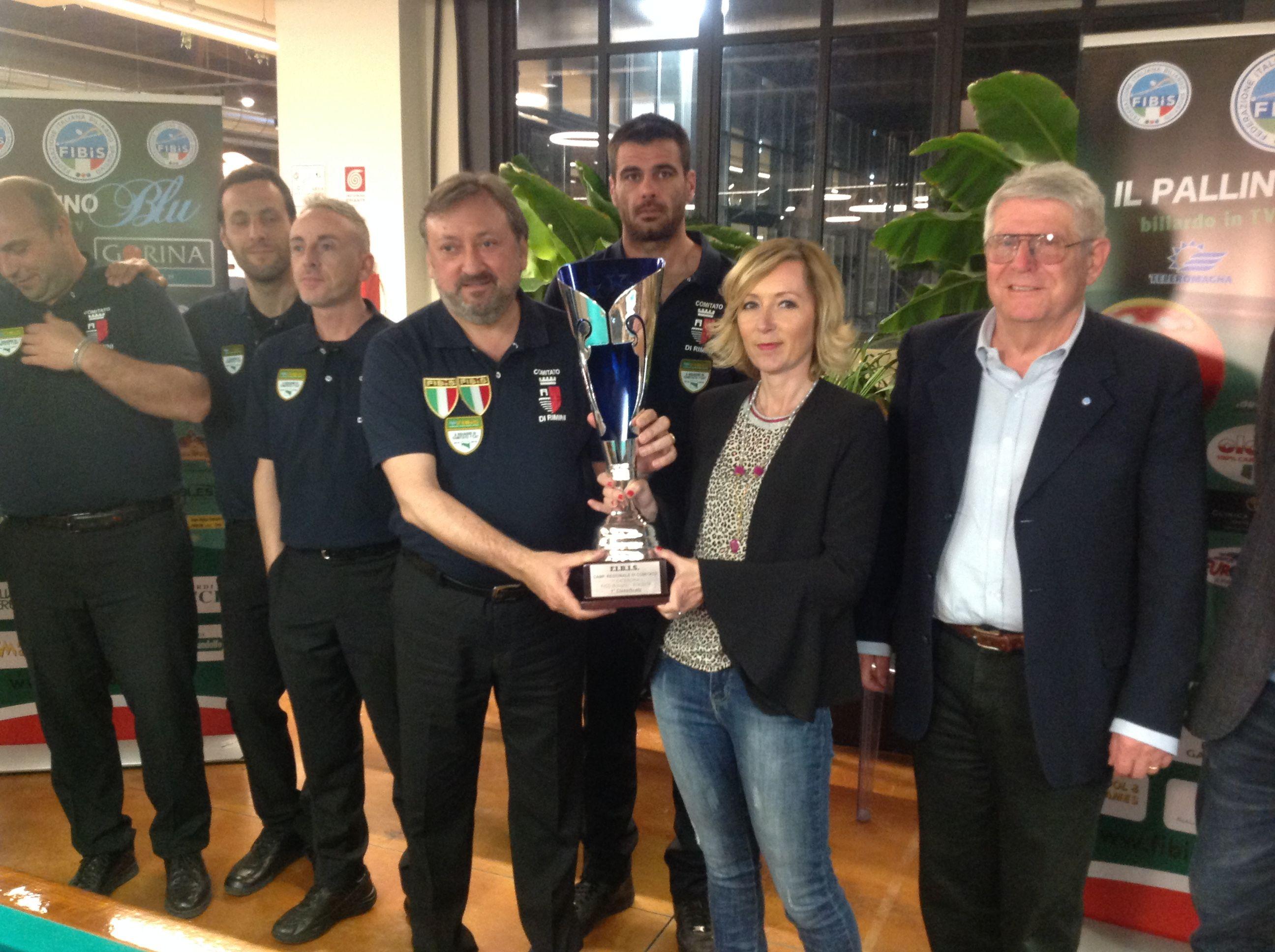 Ceccarelli S. Consegna a Rosa E. la coppa  della squadra prima classificata