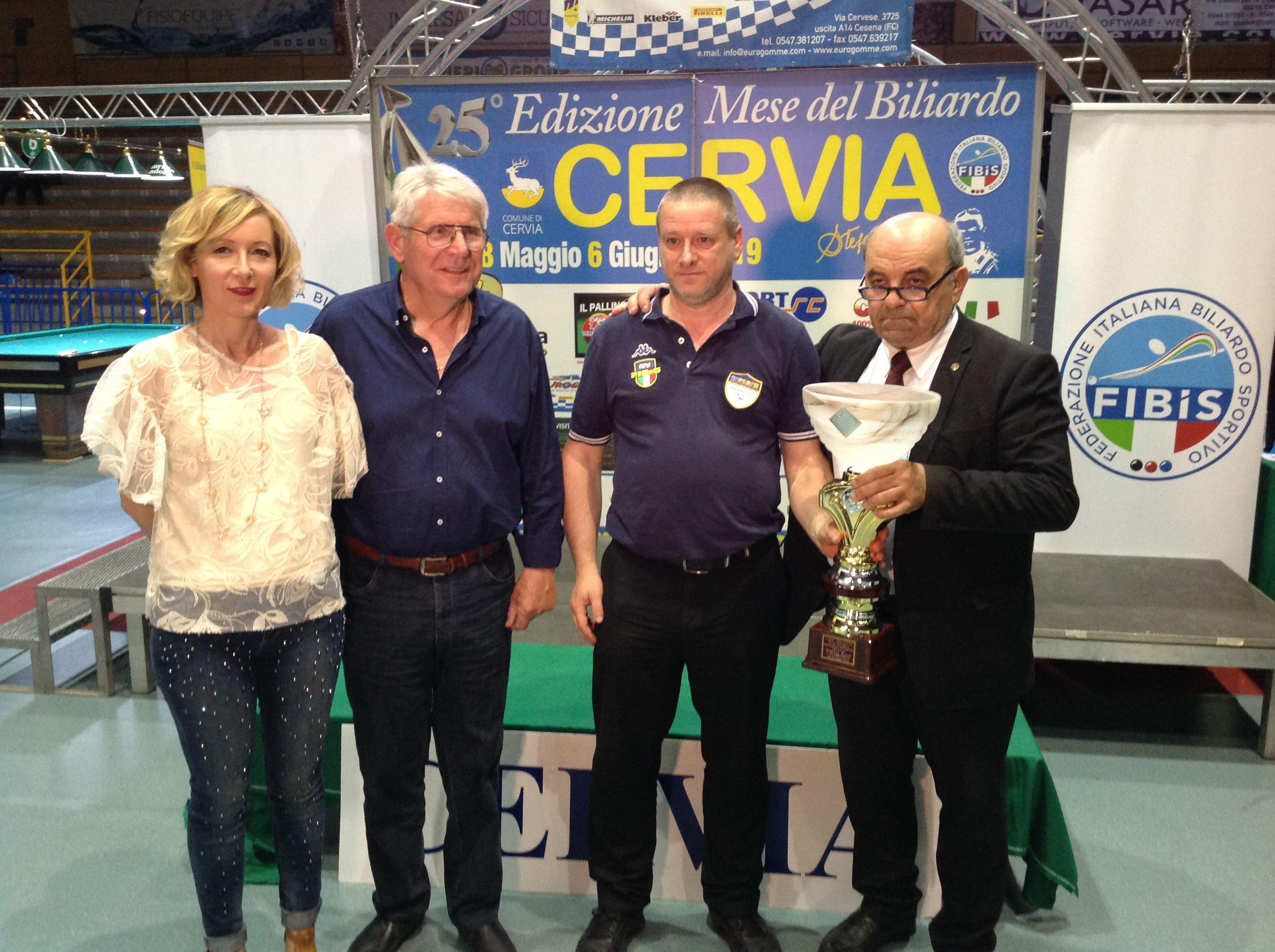 Vassura Massimiliano premiato da Augusto Landi (Pres. Reg.le Fibis), Oriano Amorati (pres. Comitato Ravenna) e Stefania Ceccarelli