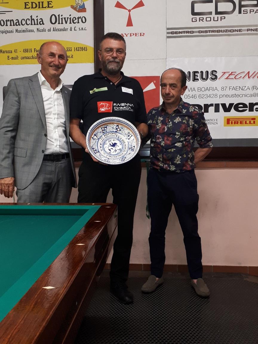 Gianluca Chiarini (2° class.) premiato da Luigi Pederzoli (Pneustecnica) e Loris De Cesari (Cons. Nazionale Fibis)