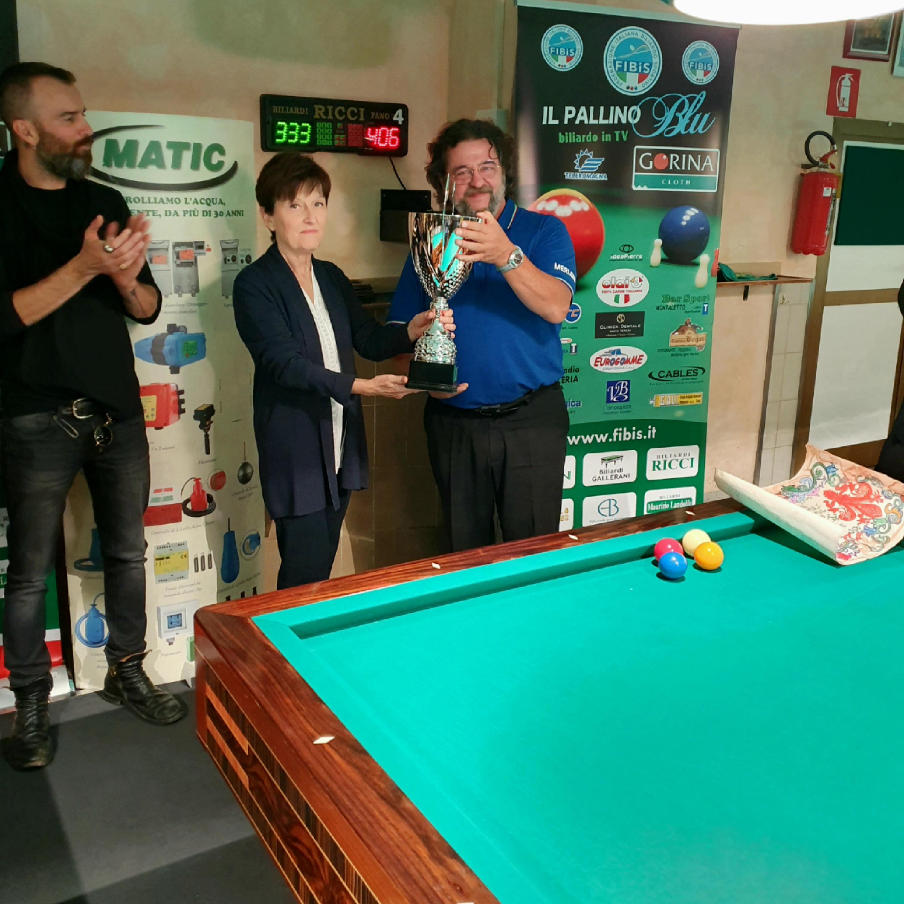 La moglie di Falchetti T. consegna la coppa al vincitore Merloni M.